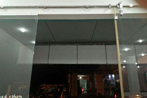Truy tìm 2 đối tượng dùng súng bắn vỡ kính cường lực cửa hàng Viettel