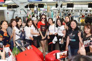 Hoa hậu Hương Giang được fan chào đón nồng nhiệt tại sân bay Thái Lan