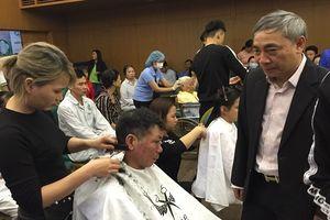 Cắt tóc, gội đầu miễn phí cho bệnh nhân tại Bệnh viện Bạch Mai