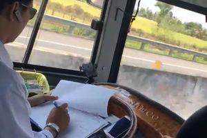 Tài xế ô tô khách vừa lái xe, vừa ghi chép trên cao tốc