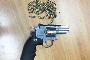 Người đàn ông mang theo nhiều súng đạn tại sân bay Nội Bài