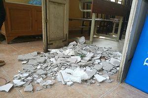 Hà Nội: Sập mảng trần lớn trong lớp học, 3 học sinh bị thương
