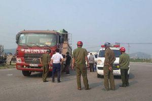 Xe máy va chạm xe tải, thai phụ cùng con trai tử vong dưới gầm