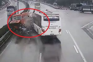 Tài xế ô tô khách đâm xe cứu hỏa có bị xử lý hình sự?