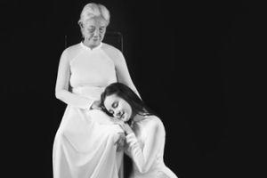 Vy Oanh đau đớn khi mẹ qua đời