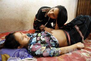 Cô đỡ thôn bản giúp người dân vùng khó tiếp cận dịch vụ làm mẹ an toàn
