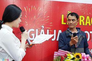 Anh công nhân bỏ mặt nạ nhận thưởng 19 tỉ Vietlott
