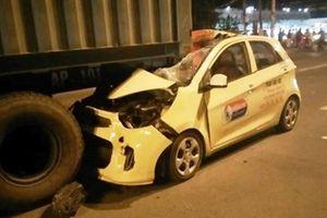 Taxi đâm thẳng vào đuôi container, nam tài xế chết thảm