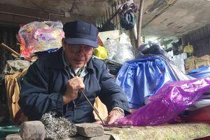 Người đàn ông hơn 40 năm vá áo mưa giá 5.000 đồng