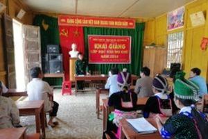 Khai giảng lớp xóa mù chữ cho chị em phụ nữ xã Nậm Càn