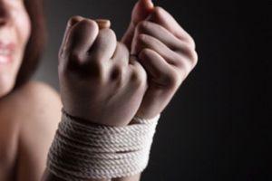 Thiếu nữ xinh đẹp bị 3 gã buôn người lập mưu hãm hại