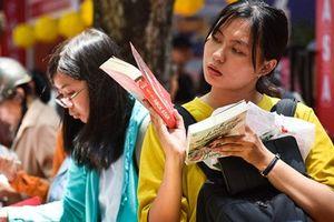 Bạn đọc tấp nập mua sách giảm giá sâu trong ngày cuối ở Hội sách