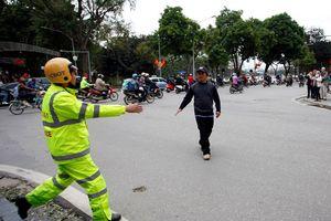 CSGT xử phạt, người đi bộ vẫn vi phạm luật tràn lan