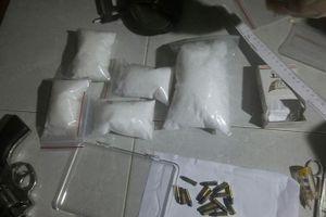Bị đột kích trong nhà nghỉ, tội phạm ma túy rút súng hòng thoát thân
