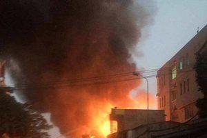 Hải Phòng: Đang cháy lớn trên phố, xưởng gỗ và 3 ngôi nhà bị thiêu rụi