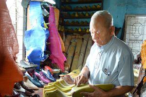 Ông già U.90 đóng giày lâu nhất Sài Gòn kể chuyện đo ni người nổi tiếng