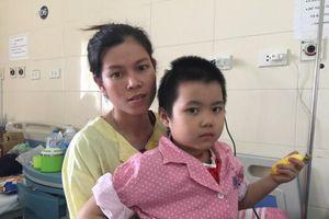 Chồng mất sớm, vợ tần tảo lo cứu con gái u màng não