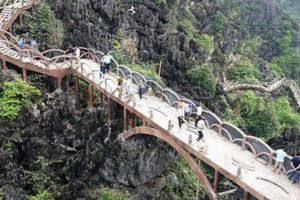 Cận cảnh công nhân phá dỡ đường lên núi gần 2.000 bậc dài 1km ở Tràng An
