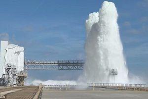 Choáng ngợp cảnh động cơ tên lửa phun 1,7 triệu lít nước lên cao