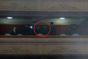 Ông Kim Jong-un cùng vợ xem đoàn nghệ sĩ Hàn Quốc biểu diễn