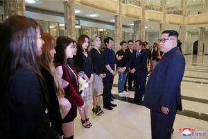 Ông Kim Jong Un xúc động khi xem sao Kpop biểu diễn nhạc