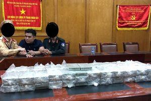 Khám xe biển số Lào, CSGT Quảng Ninh thu giữ 100 bánh heroin
