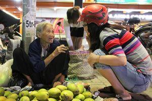 Cụ bà bán trái cây trước Vincom và sự thơm thảo của người Sài Gòn