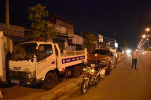 Ôtô bán tải mất lái, tông xe cảnh sát giao thông đang đậu trên vỉa hè