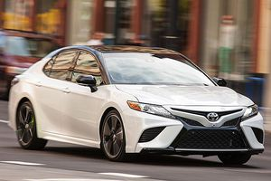 Triệu hồi gần 6.000 xe Toyota, Lexus do lỗi hỗ trợ phanh