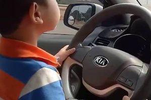 Phẫn nộ bố mẹ cho con 3 tuổi lái xe ô tô trên đường