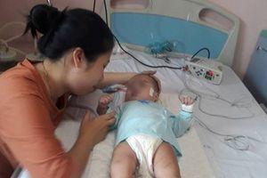 Bé gái 9 tháng tuổi hôn mê sâu, mất nhận thức sau mũi tiêm của y sĩ làng