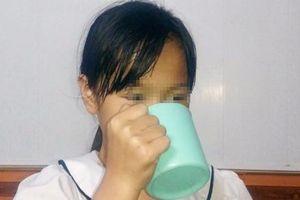 Tại sao không dạy trẻ từ chối súc miệng bằng nước giặt giẻ lau bảng?