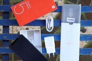 'Đập hộp' chiếc smartphone tràn viền màn hình có giá rẻ nhất hiện nay