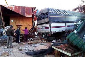 Kinh hãi xe tải tông sập nhà dân vào sáng sớm