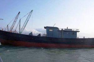 Tìm chủ 'tàu ma' trôi trên biển Thừa Thiên Huế