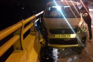 Người đàn ông lái ôtô đâm vào lan can cầu rồi nhảy sông tự tử
