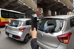 Bình gas rơi trúng ô tô đang chạy, nhiều người đi đường hoảng sợ