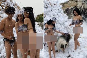 Hai cô gái mặc thiếu vải chụp ảnh dưới 'tuyết' gây phản cảm