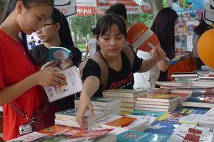 Giới trẻ nên đến Ngày Sách Việt Nam để tìm đọc những cuốn sách hay