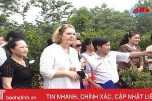 Video: Vẻ đẹp NTM Hà Tĩnh 'níu bước' đoàn đại sứ quán