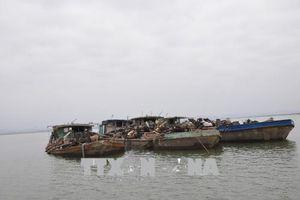 Bắt giữ 5 tàu khai thác cát trái phép tại Móng Cái