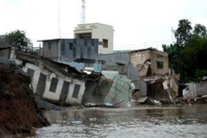 Sạt lở nghiêm trọng bờ sông Hậu ở TP Long Xuyên