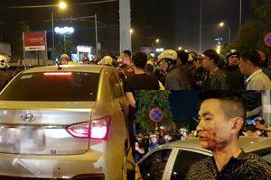 Bị hàng trăm người vây kín ô tô, tài xế cố thủ trong xe sau khi hành hung cặp vợ chồng chảy máu