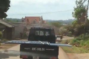 Clip: Khiếp vía cảnh xe tải chở 'lưỡi hái tử thần' chạy băng băng trên đường
