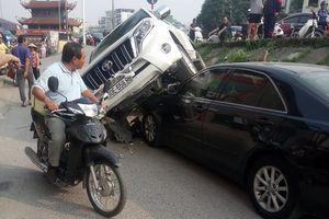 Xe Land Cruiser lao thẳng xuống chân đê, đè bẹp xe Camry ở Hà Nội