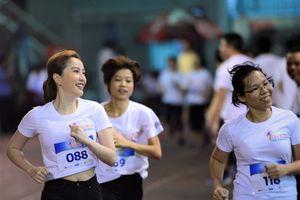 Công Vinh, Bảo Thy chạy từ thiện cùng nhân viên P&G Việt Nam