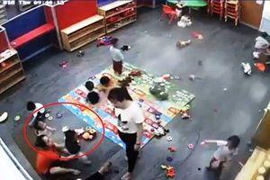 Nghệ An: Giáo viên mầm non ghì chặt học sinh rồi đánh dã man