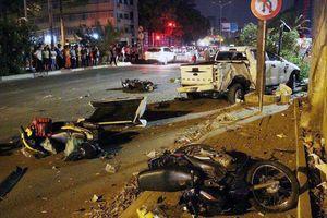 Hiện trường ô tô bán tải tông hàng loạt người chờ đèn đỏ ở Sài Gòn