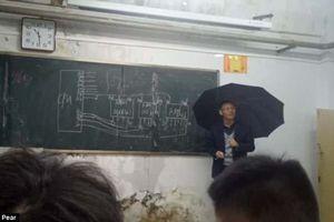 Thầy giáo cầm ô giảng bài gây xúc động