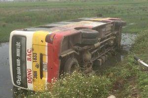 Thanh Hóa: Xe buýt mất lái lật nhào, hành khách 'tắm bùn' dưới ruộng